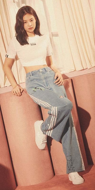 In this outfit Jennie is wearing a white fitted crop top, light blue flare jeans with racing stripes, and white sneakers